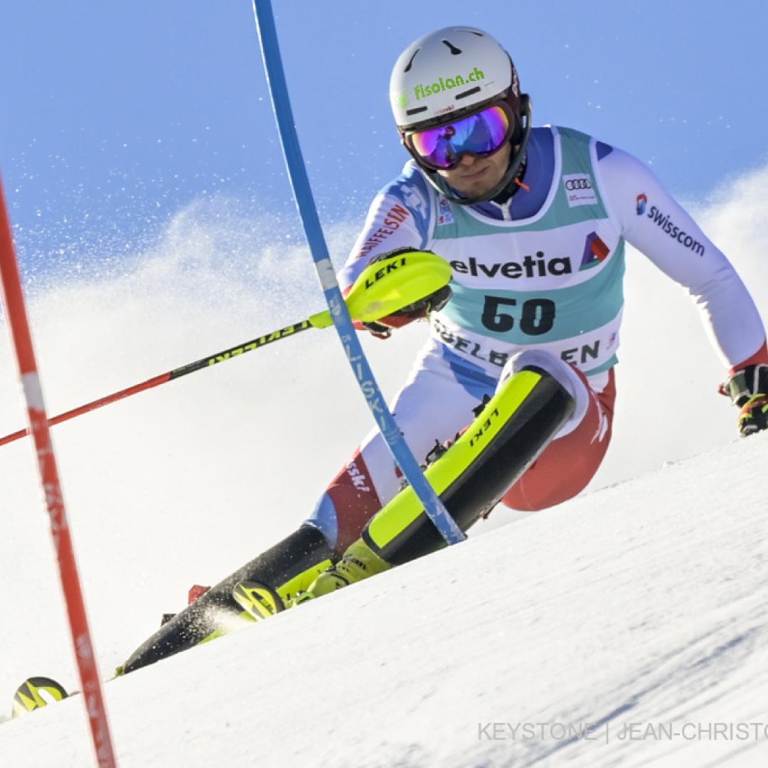 Noel von Grüningen während dem Slalom mit rotem und blauem Stock im Bild