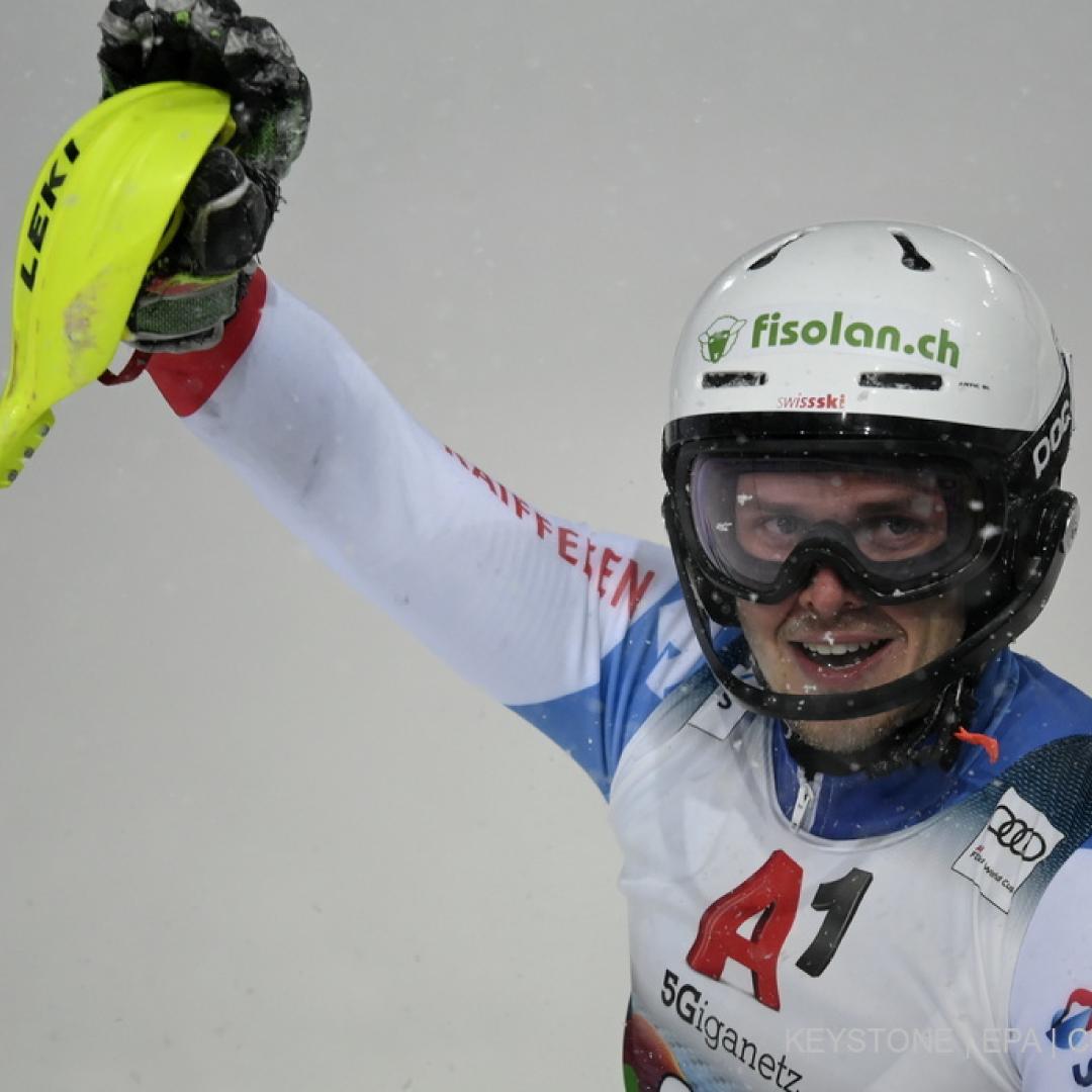 Noel von Grüningen mit Skihelm am Winken mit Stock in der Hand